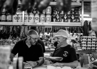שיחה, הקשבה, חיוך, אמון, שני גברים