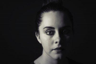 צעירה, דמעות, בכי