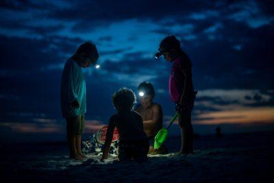 ילדים, חוף הים, לילה, פנסים