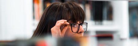 צעירה, משקפיים, ספרייה, השכלה