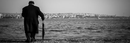 כמיהה לצד השני, איסטנבול, איש, מטריה, מעיל שחור