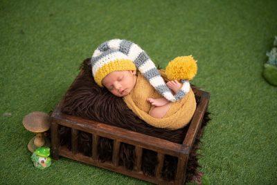 תינוק, מיטת תינוק, כובע סרוג, צמר
