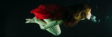 מתחת למים, אישה, שמלה אדומה