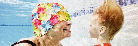 סבתא, זקנה, ילדה, ג'ינג'ית, כובע ים, בריכה, מתחת למים